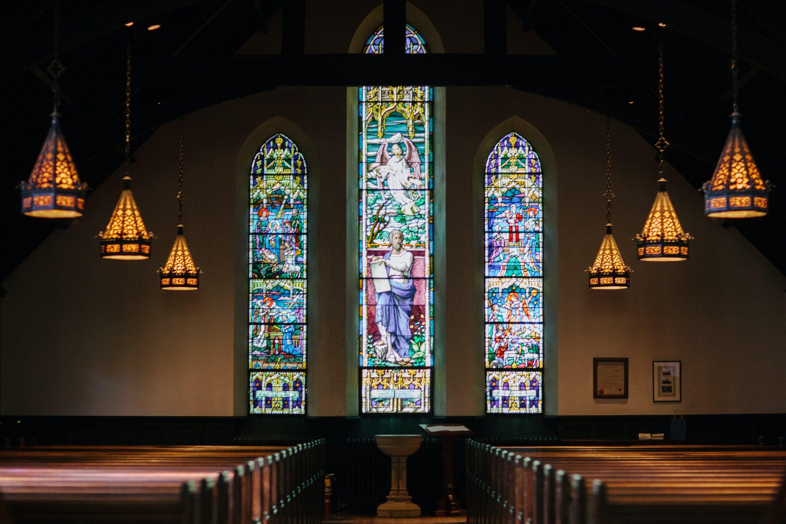 教会で神父、牧師に相談はできる?教会で悩み相談をする方法
